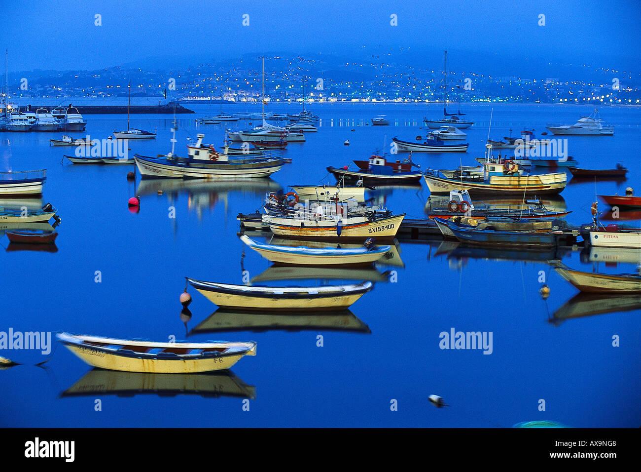 Los barcos de pesca en el puerto por la noche, a la Ría de Baiona, Pontevedra, Galicia, España Foto de stock