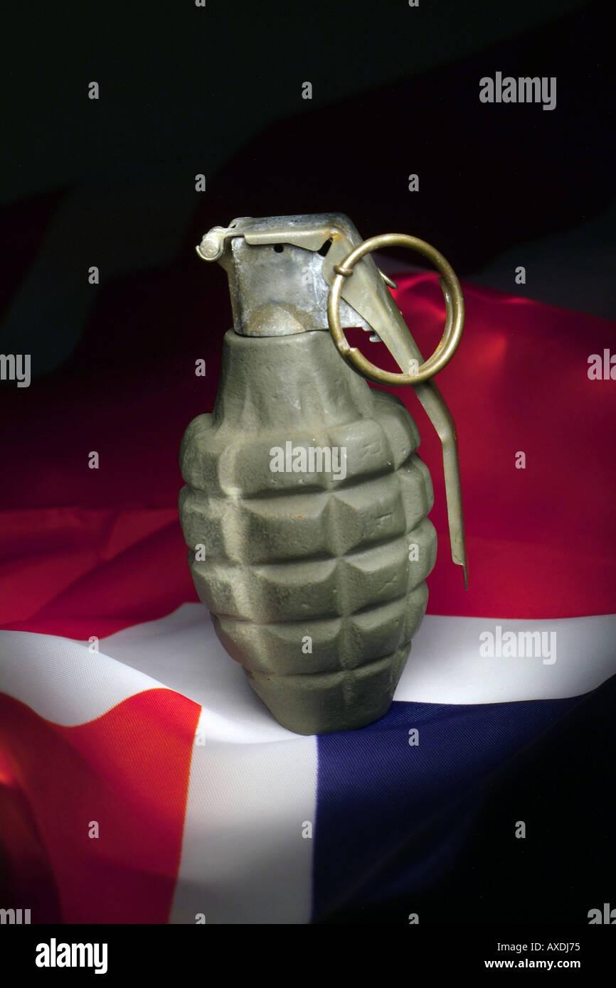 Granada de mano con la bandera británica el concepto de guerra Imagen De Stock