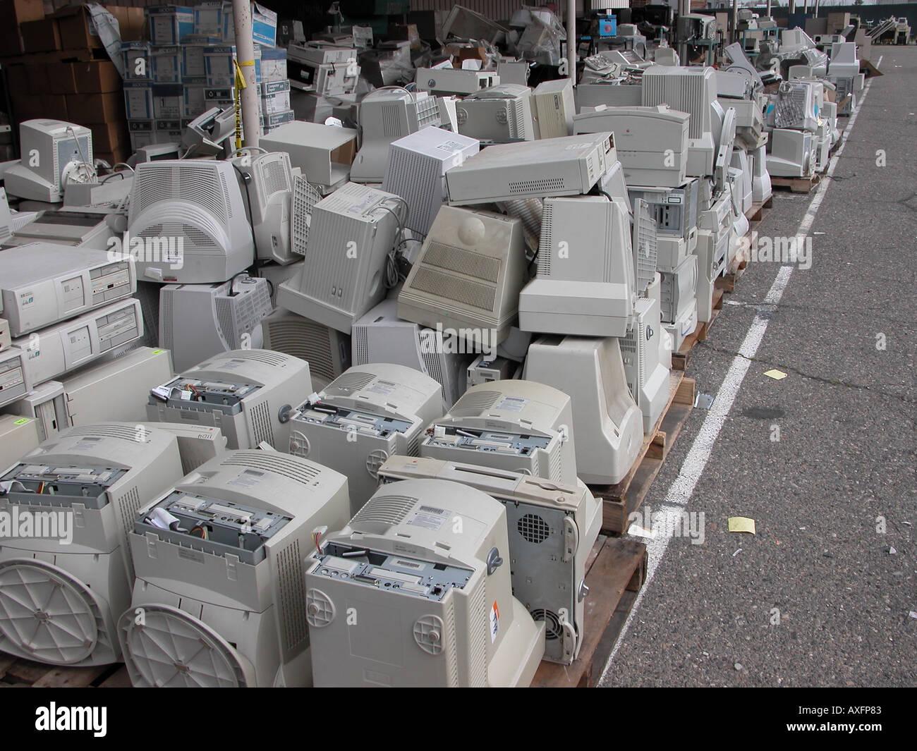 Los residuos electrónicos en un patio de almacenamiento de Fresno, California Imagen De Stock