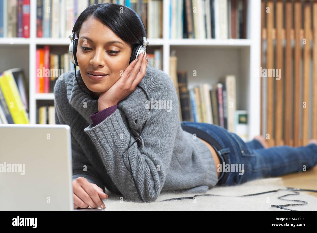 Mujer escuchando música Foto de stock