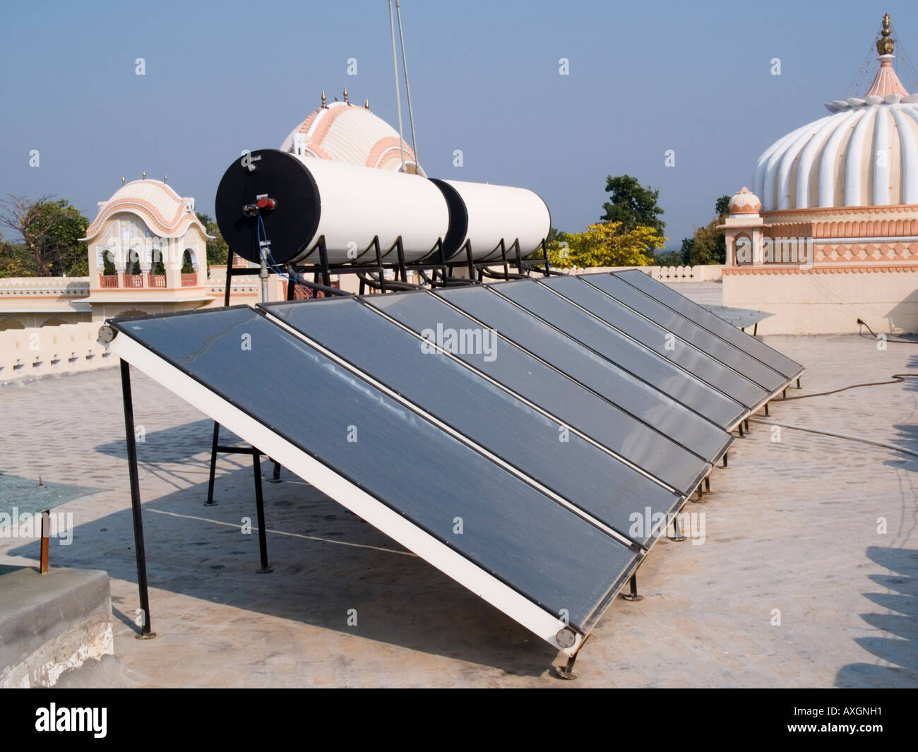 Paneles solares en el tejado para calentar el agua en un nuevo hotel en 16th century city Orcha Madhya Pradesh India Asia Imagen De Stock