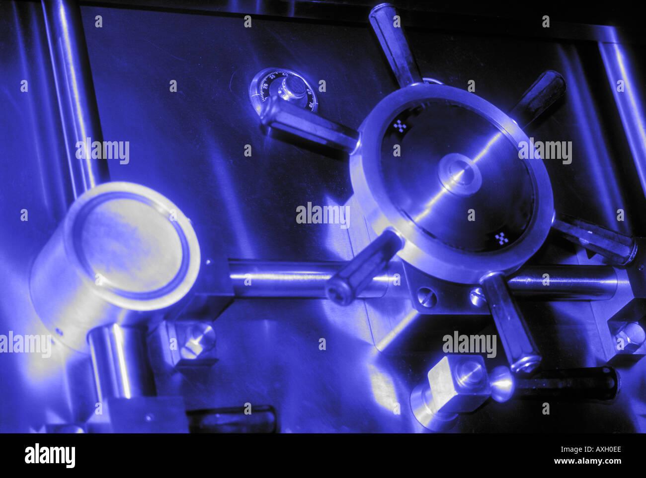 La puerta de la cámara en el banco concepto abstracto de tono azul Imagen De Stock