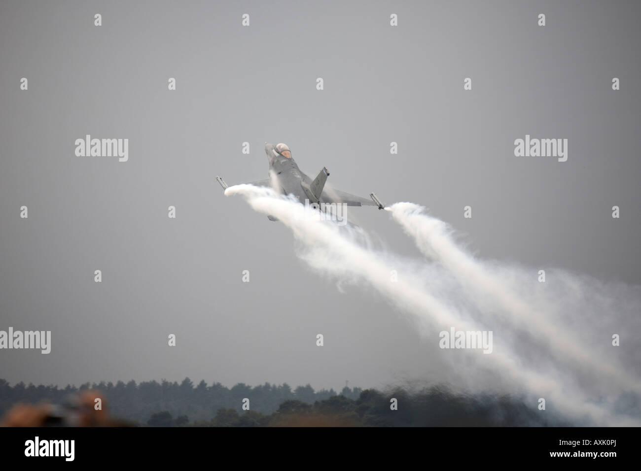 F 16 combates Falcon volando aviones en exhibición en Farnborough Airshow Internacional Julio 2006 Foto de stock