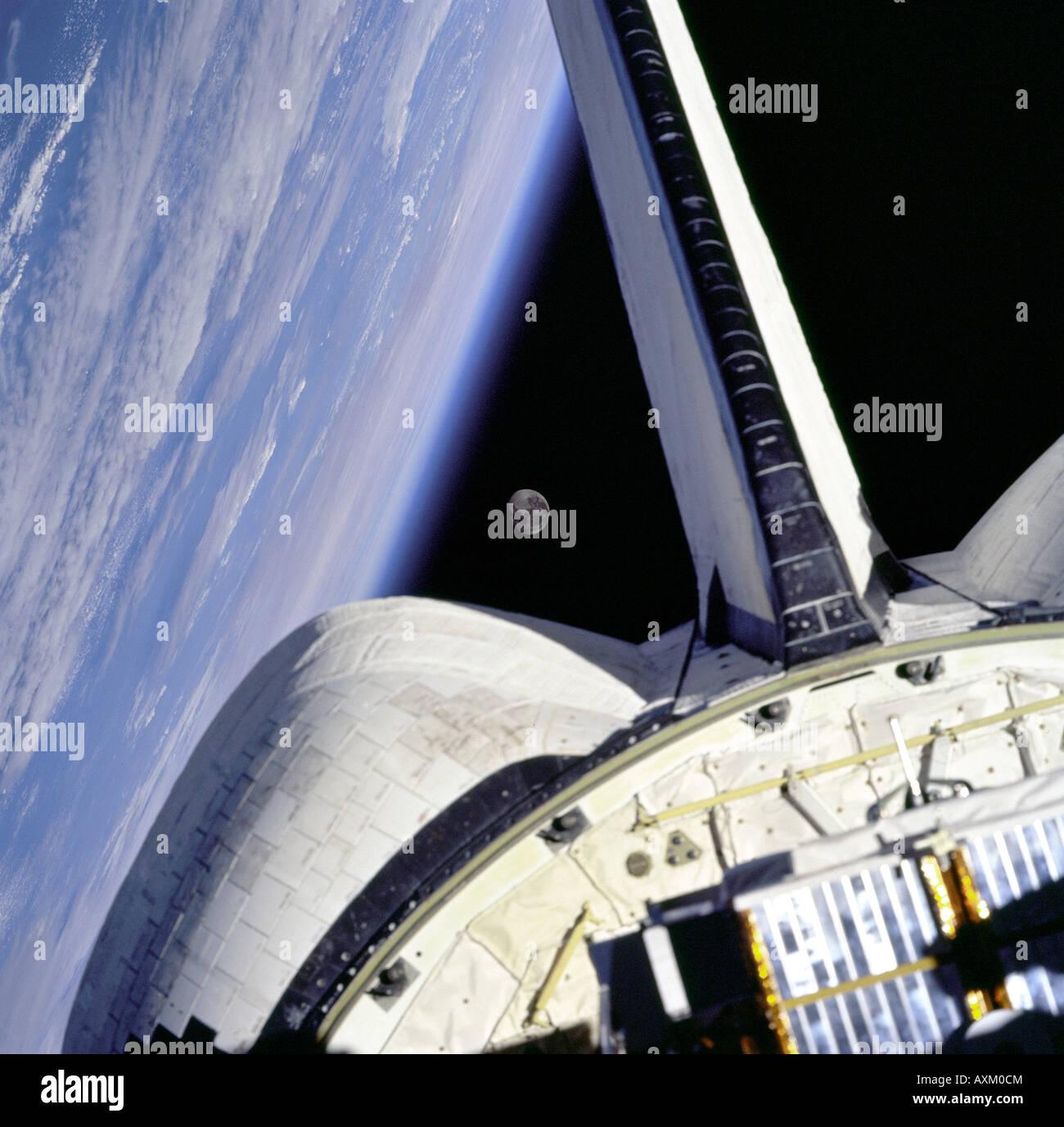 La luna está enmarcado entre el orbitador s OMS POD y la extremidad ...