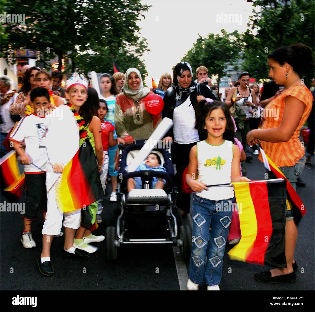 Después del partido contra Alemania Argentina Turkish fans en el Kudamm en Berlín. Imagen De Stock