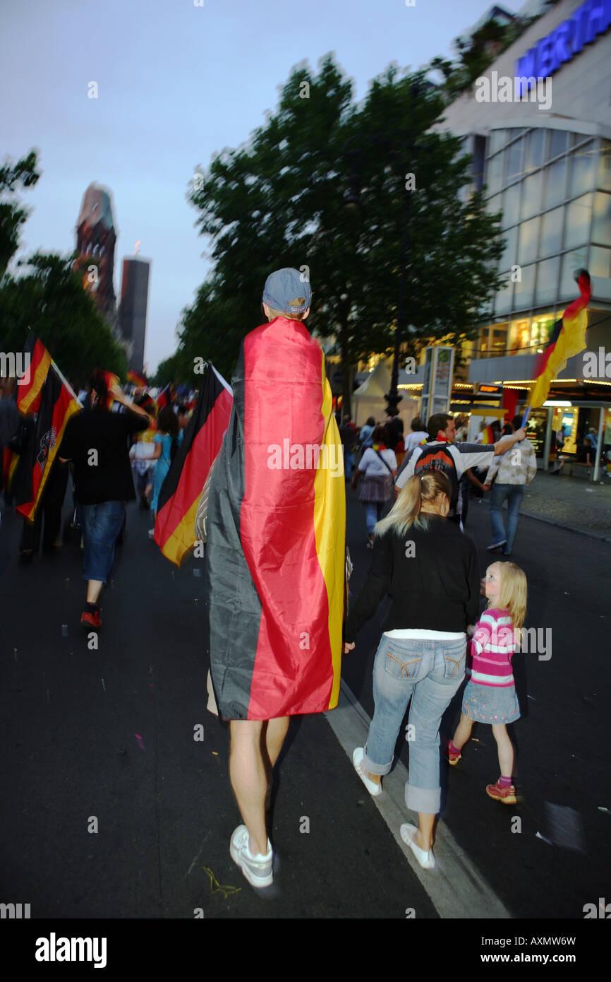 Después del partido contra Alemania Argentina ventiladores en el Kudamm en Berlín. Imagen De Stock