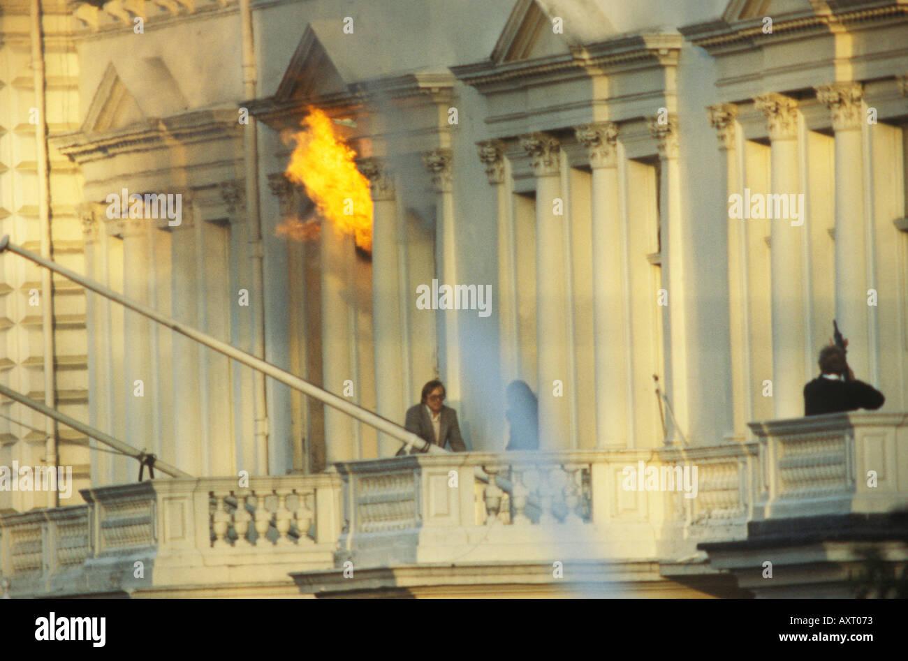 Asedio a la embajada de Irán el 5 de mayo de 1980, Londres, Reino Unido 1980 Simeón 'sim' Harris escapando del edificio. Foto de stock