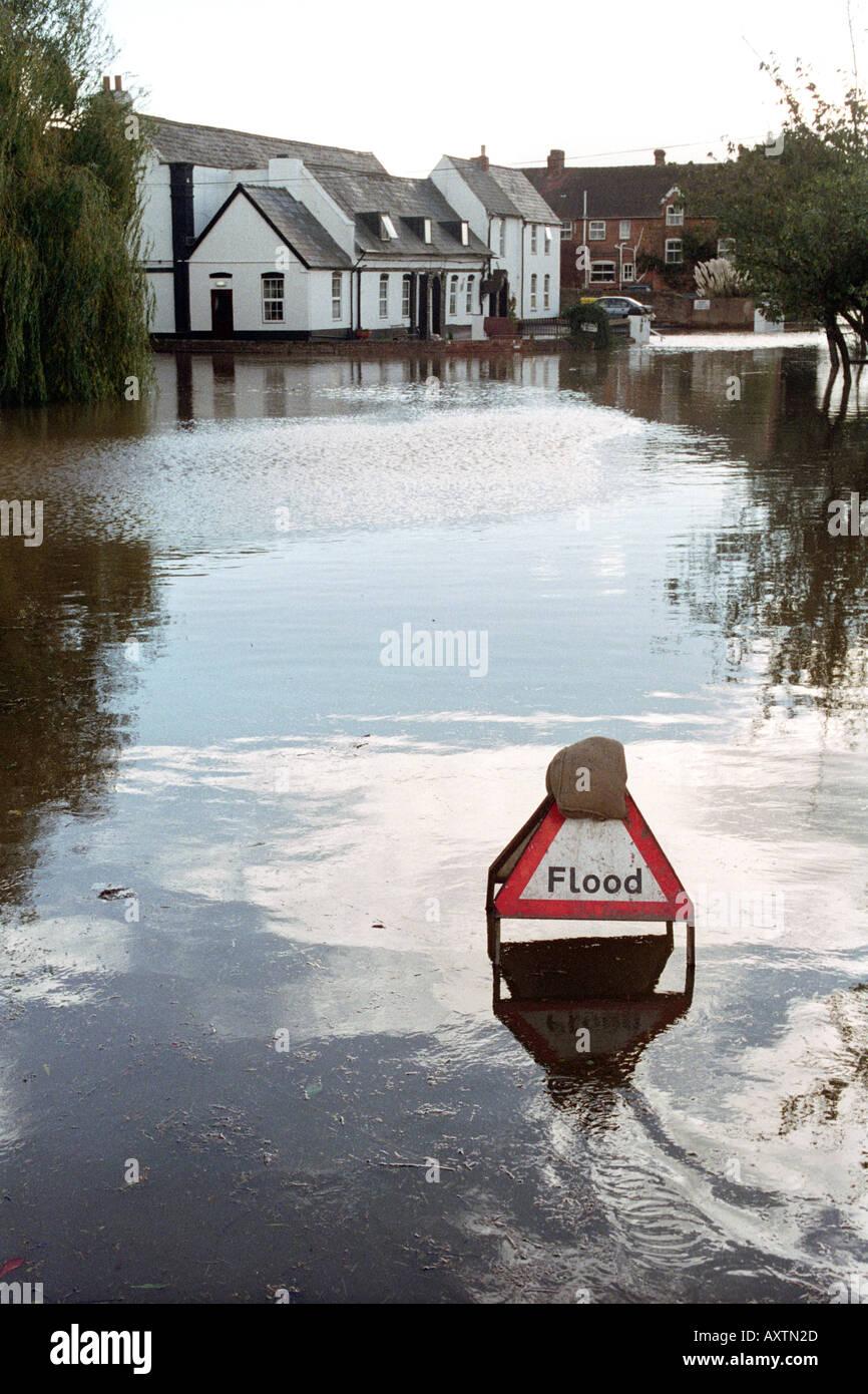 Camino inundado en Hereford Herefordshire Inglaterra tras la ráfaga de Wye River sus bancos tras Heavy Rain Imagen De Stock