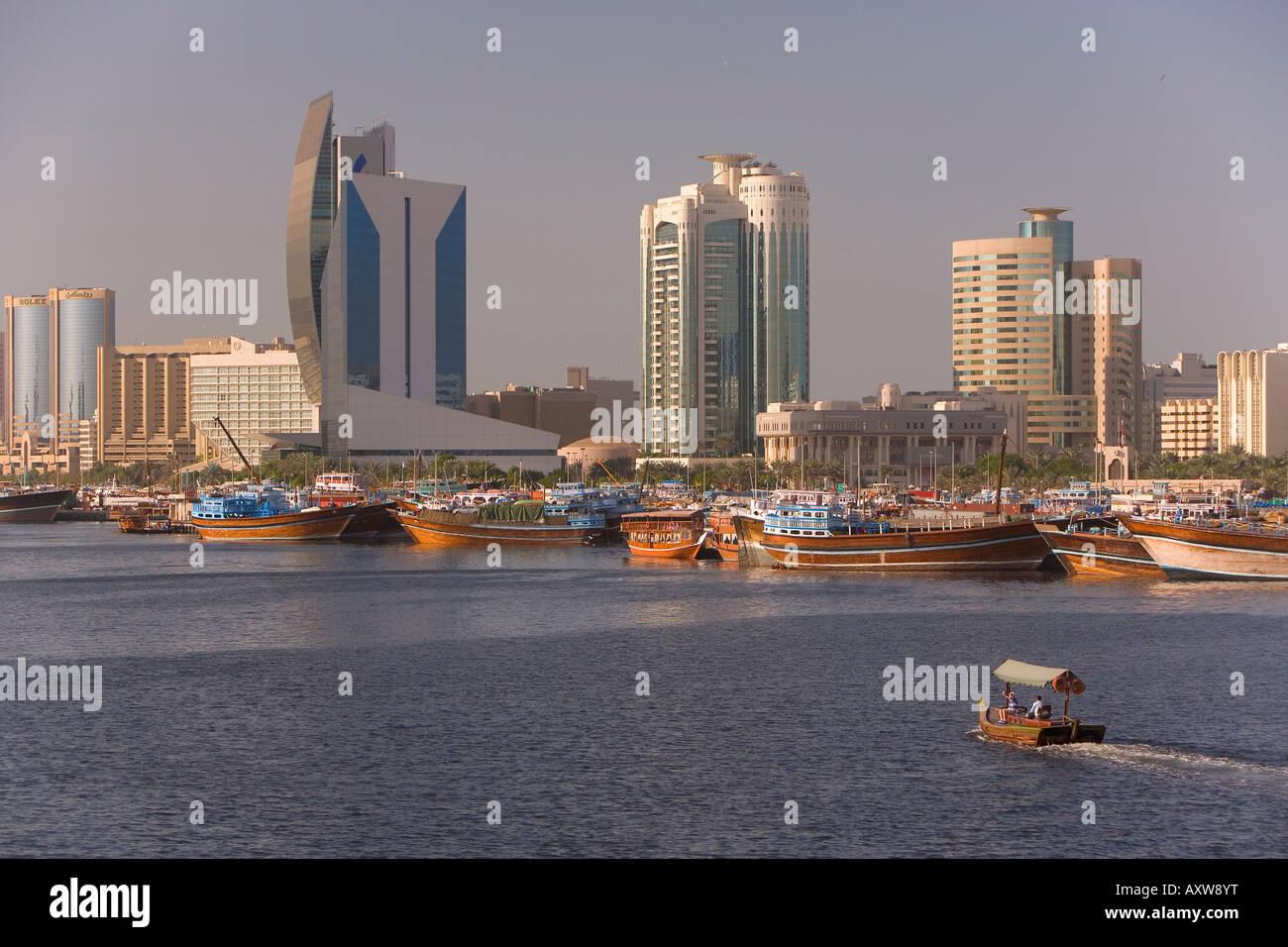 Dubai Creek (Khor Dubai), Dhow Muelle y centro comercial Deira, Dubai, Emiratos Árabes Unidos, Oriente Medio Imagen De Stock