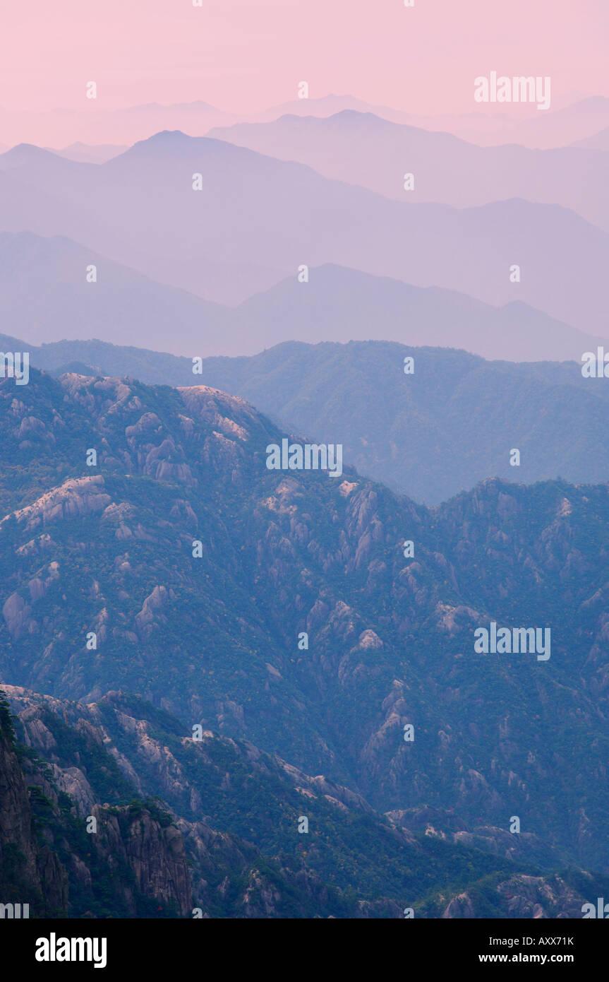 Nube Blanca zona escénica, Huang Shan (Montaña Amarilla), Sitio de Patrimonio Mundial de la UNESCO, en la provincia Foto de stock