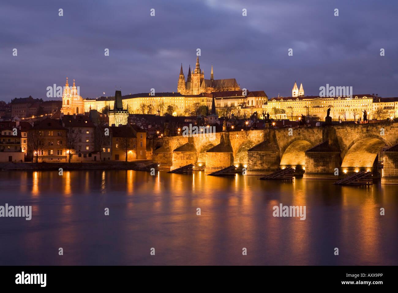 Catedral de San Vito, el Puente Carlos y el barrio del castillo iluminado por la noche en invierno, Praga, República Checa Foto de stock