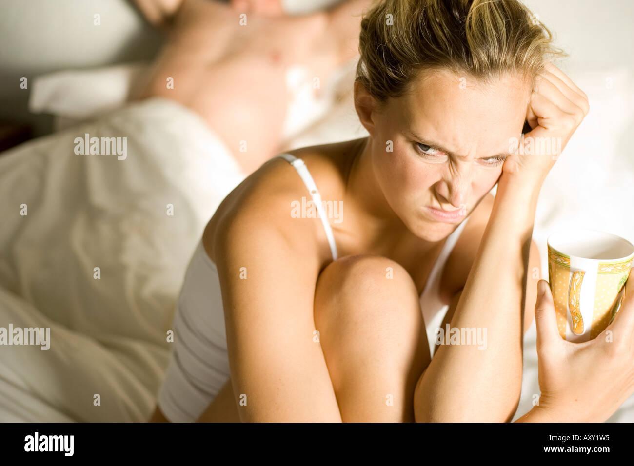 Mujer malhumorada con partner Foto de stock