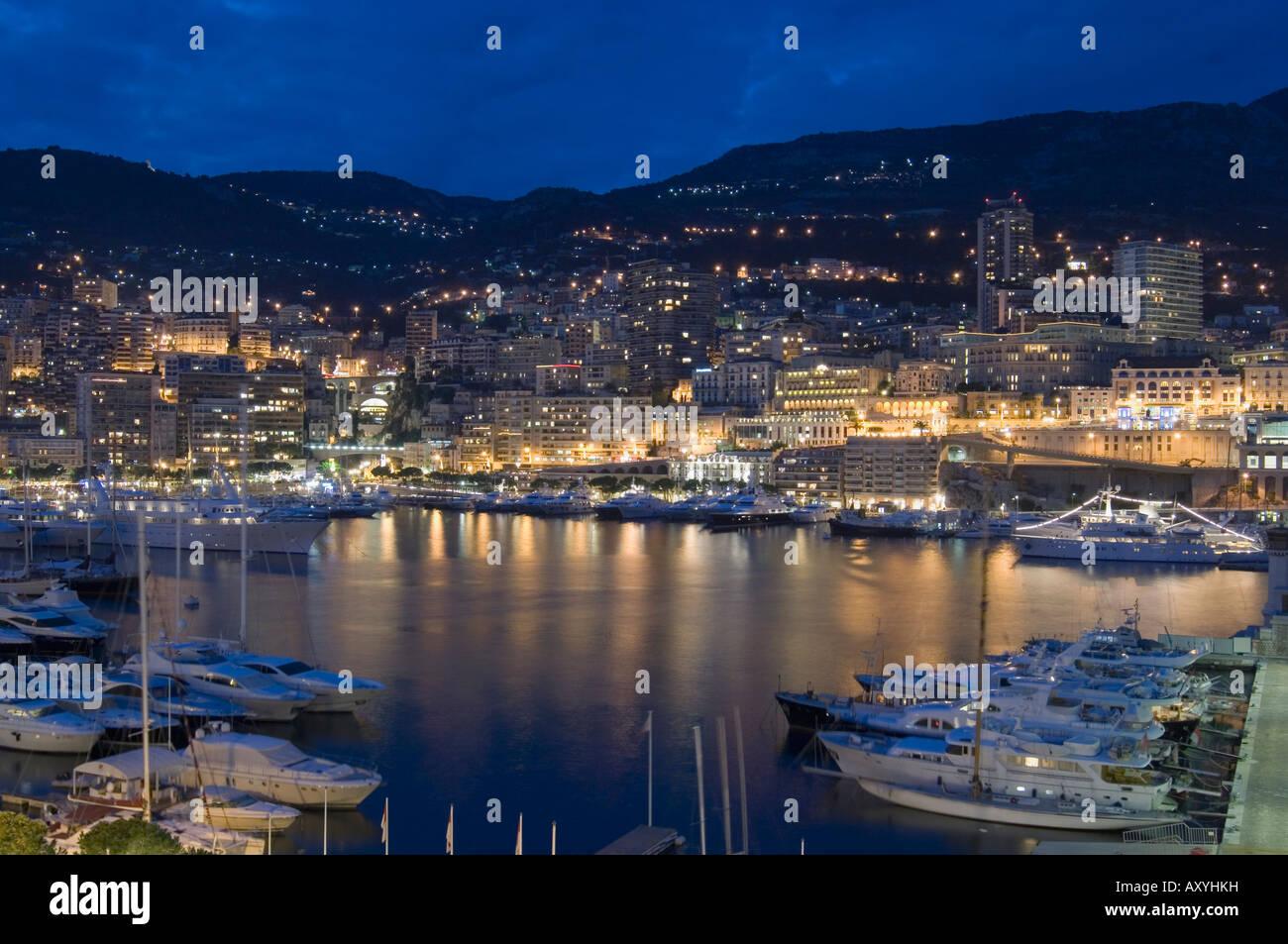 Waterfront en la noche, Montecarlo, Principado de Mónaco, Cote d'Azur, el Mediterráneo, Europa Foto de stock