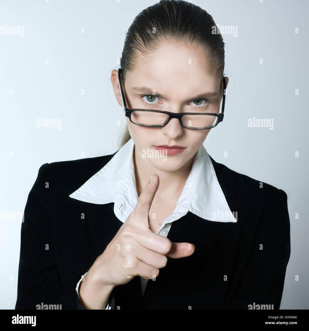 Foto de estudio retrato de una joven y hermosa mujer estricta en un traje traje Imagen De Stock