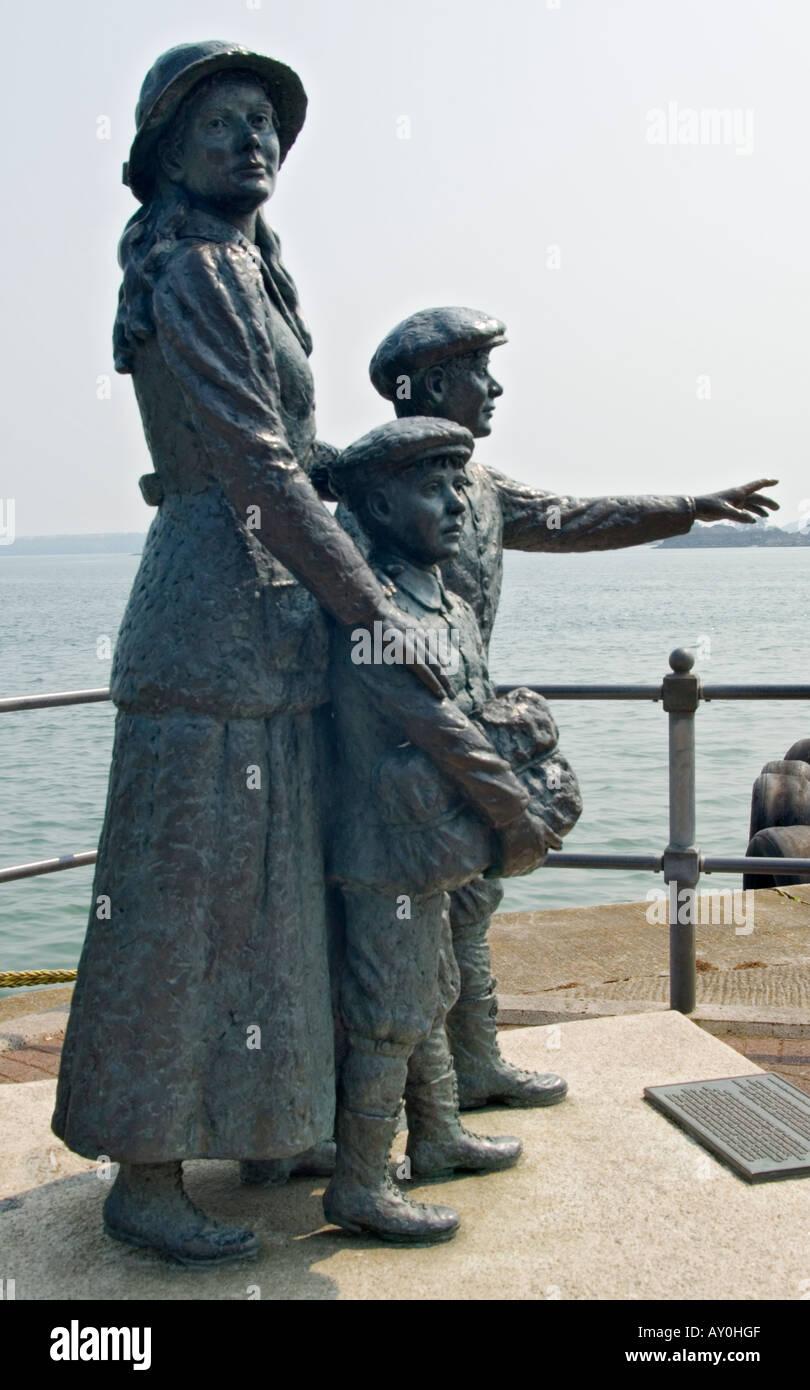 Irlanda El Condado de Cork Cobh Annie Moore y sus dos hermanos primer procesado emigrante en Ellis Island Foto de stock