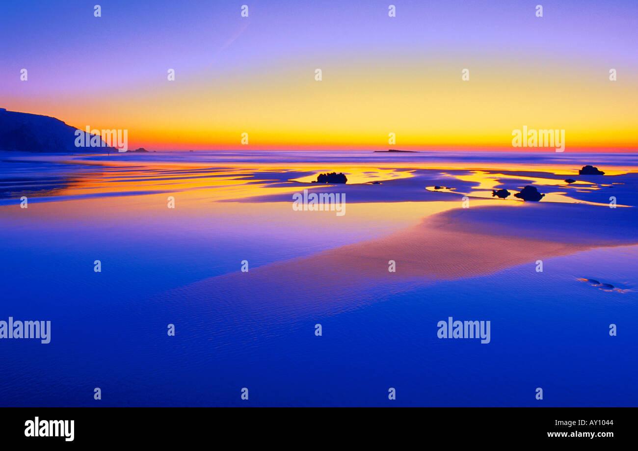 Crepúsculo en la playa Praia do Amado Carrapateira Parque Natural de Costa Vicentina Algarve Portugal Imagen De Stock