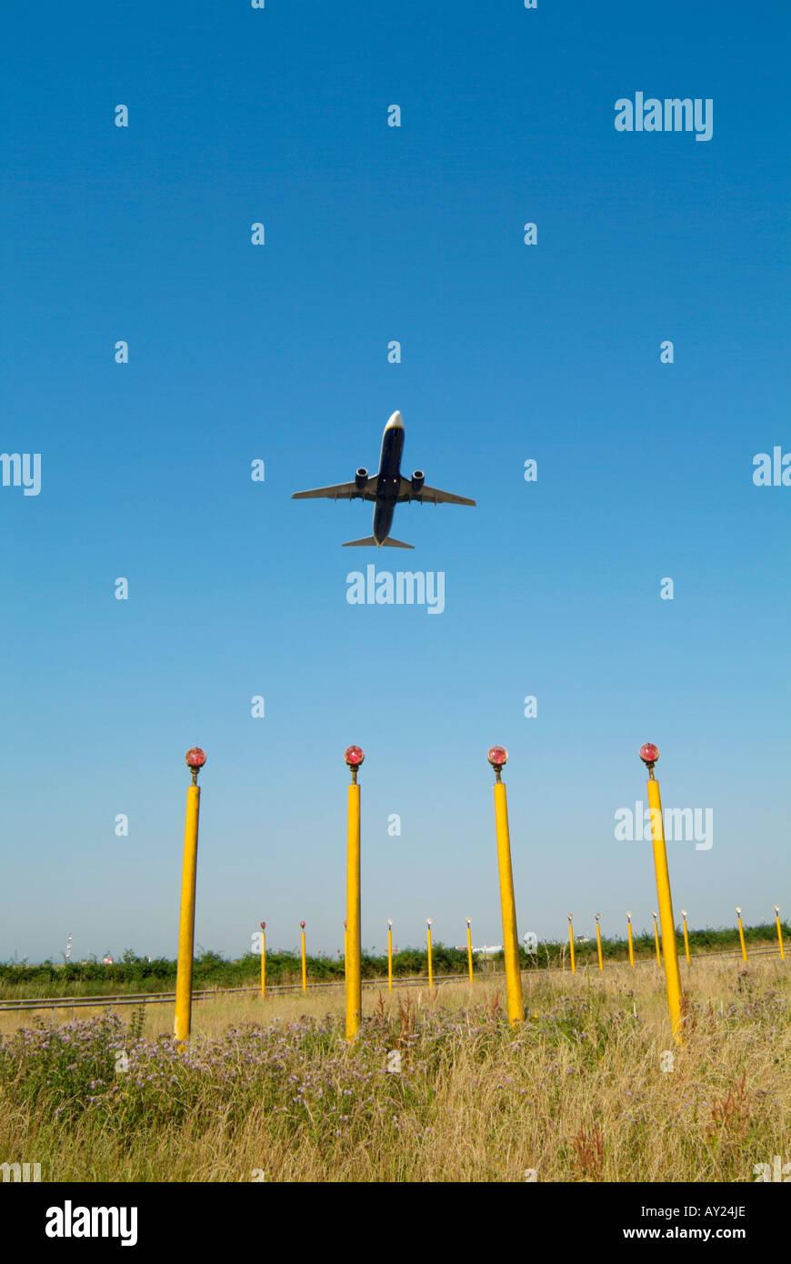 John Lennon las luces de aterrizaje con pasajero avión despegando sobrecarga. Foto de stock