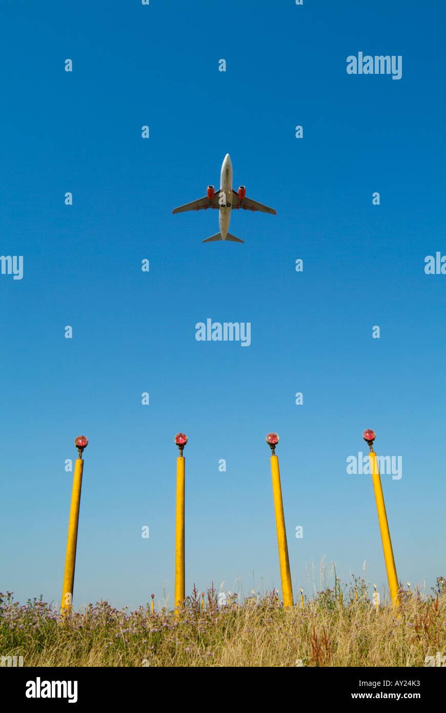 El aeropuerto John Lennon en Speke, Liverpool, Merseyside. Pasajero avión despegando por encima de las luces de Foto de stock