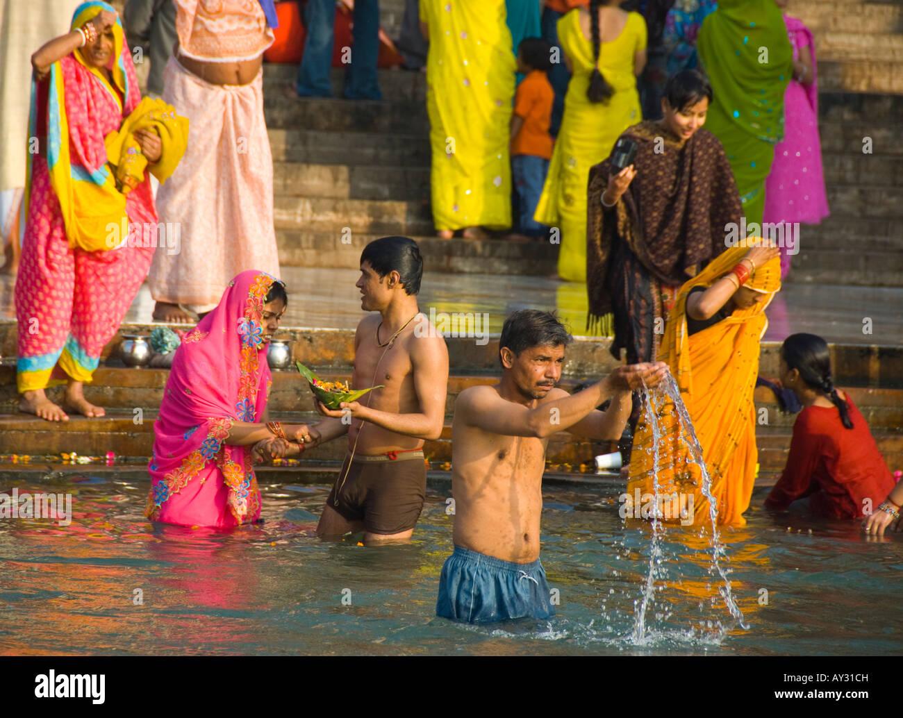 Las personas bañándose y haciendo puja sobre Ganga Ghat en Haridwar en India Imagen De Stock