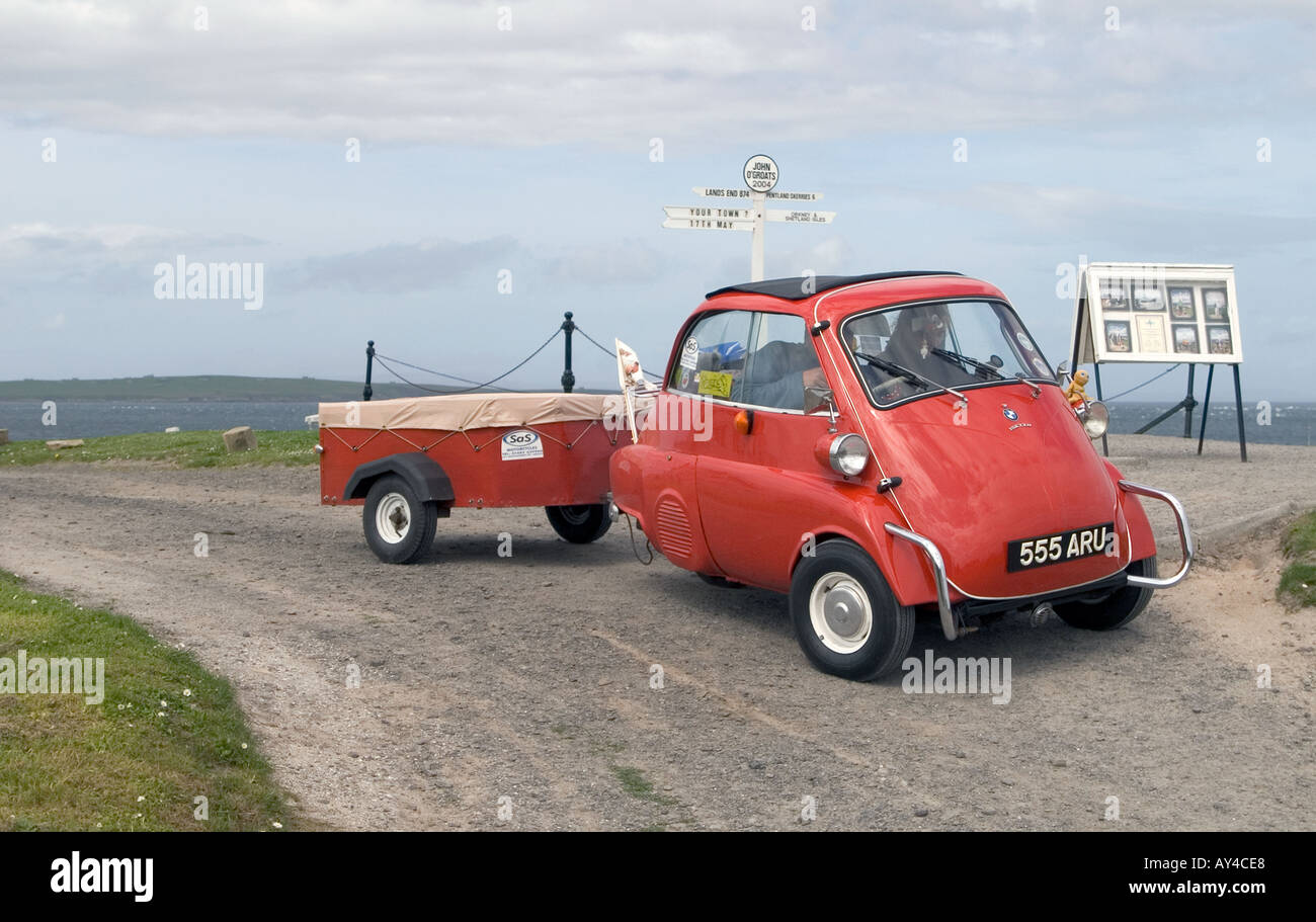 dh JOHN O GRATS CAITHNESS BMW Isetta señal de atracción turística coche de escocia en coche de tres ruedas cartel a99 Foto de stock