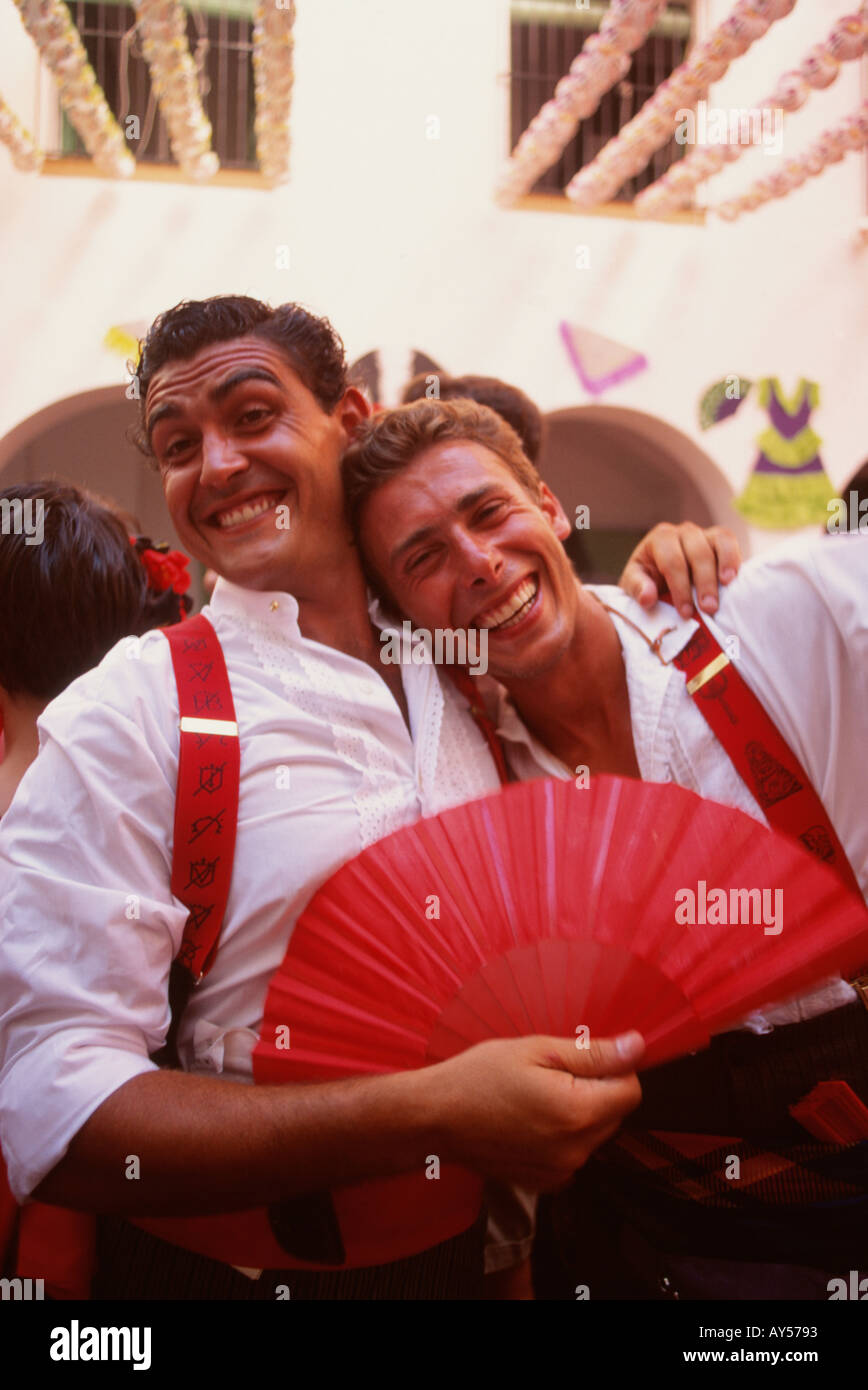 Feria de Agosto de Málaga a dos hombres jóvenes en traje tradicional  disfrutando de la fiesta Andalucia Andalucía España a0a79ef5397