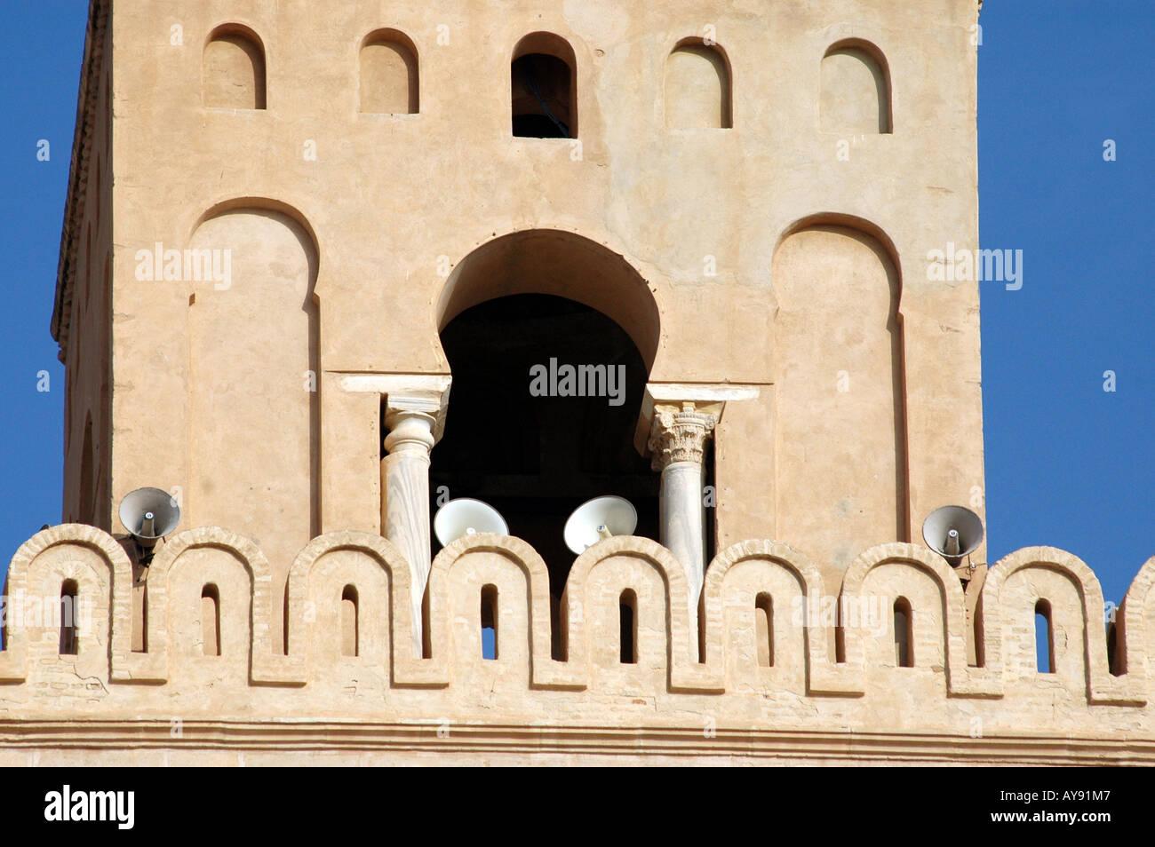 Sidi Okba mezquita también llamada Gran mezquita de Kairouan en Túnez Foto de stock