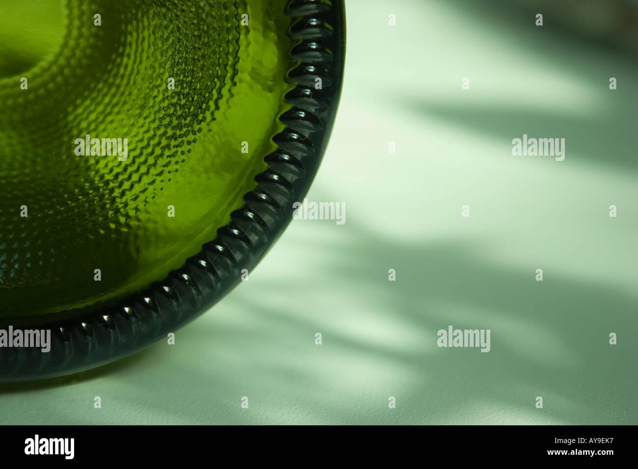 Cerca de la parte inferior de una botella de vino verde Imagen De Stock