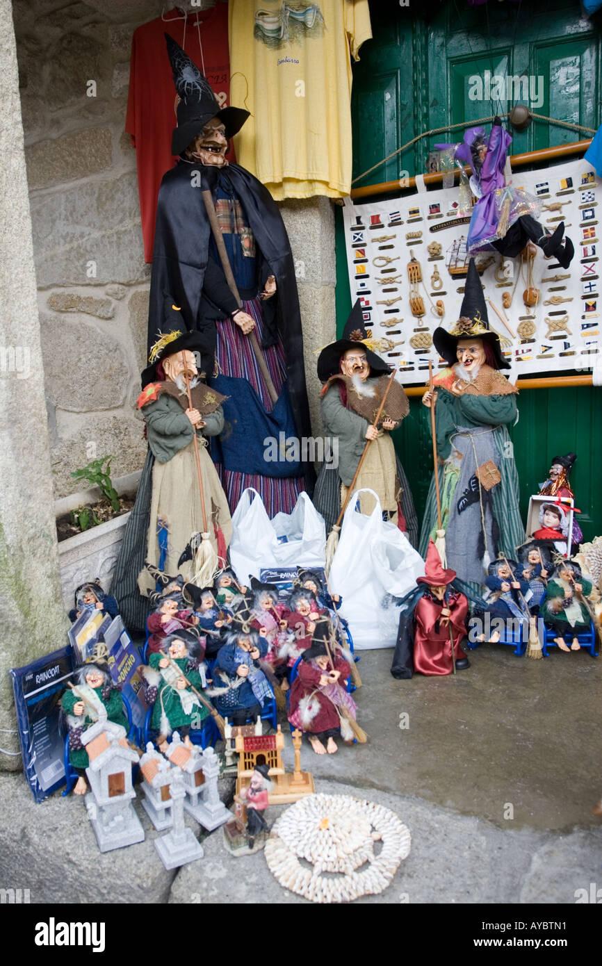 Brujas para su venta fuera de la tienda turística en Combarro 4f1d591f29fe