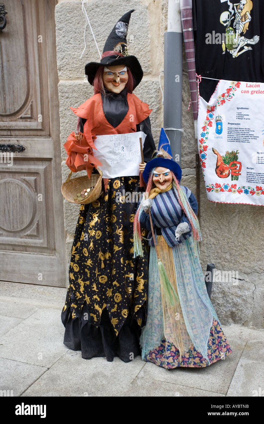Brujas grandes y pequeños para su venta fuera de la tienda turística en  Combarro 4d4e18a4fc3c