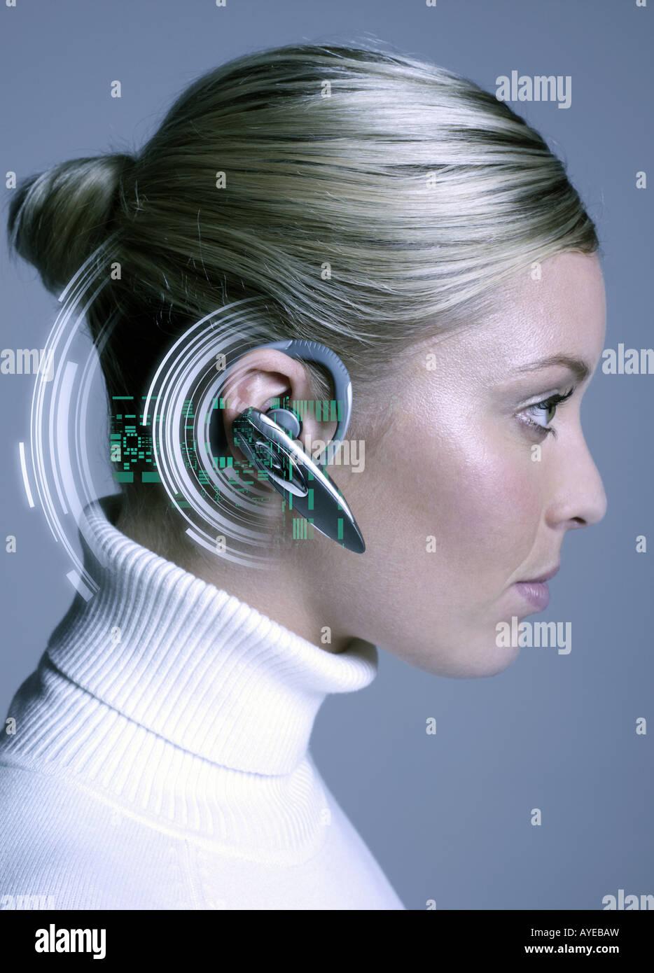 Mujer vistiendo dispositivo manos libres Imagen De Stock