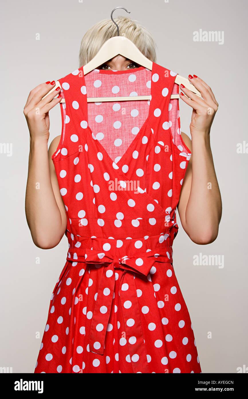 Mujer sosteniendo un vestido Imagen De Stock