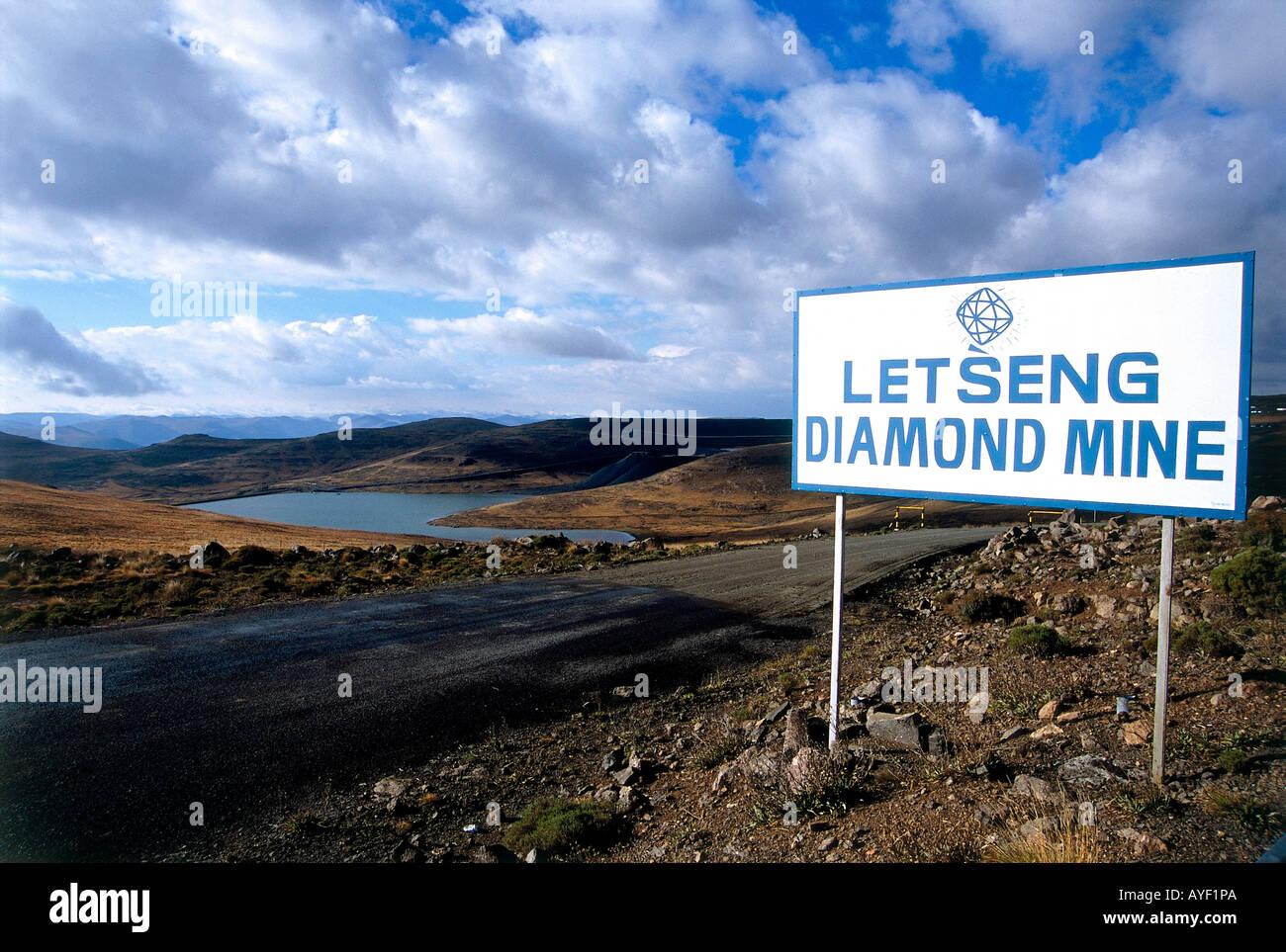 Detalle de Letseng signo de la mina de diamantes en la carretera de Oxbow de Mokhotlong mostrando escaso campo Foto de stock