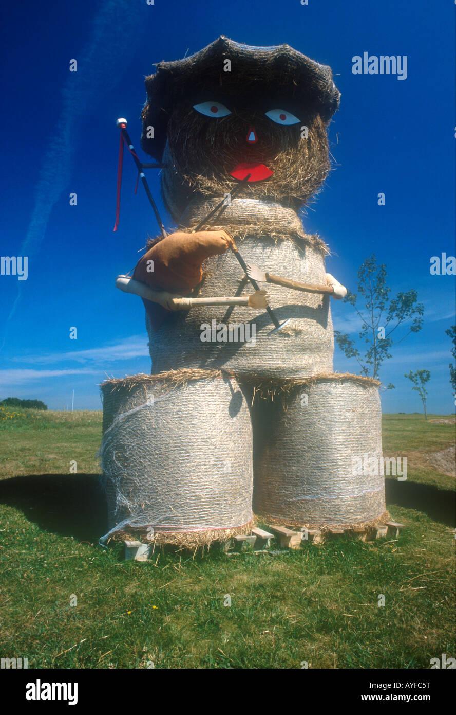 El Espantapájaros de bola de heno con gaita Foto de stock