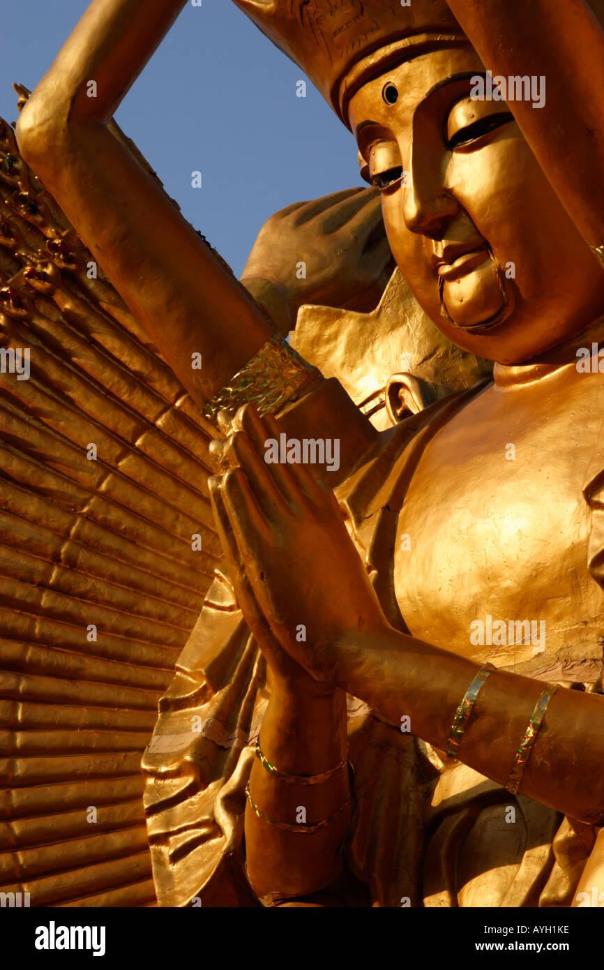 Manos de 1000 brazos Guan Yin Buddha en la oración Foto de stock