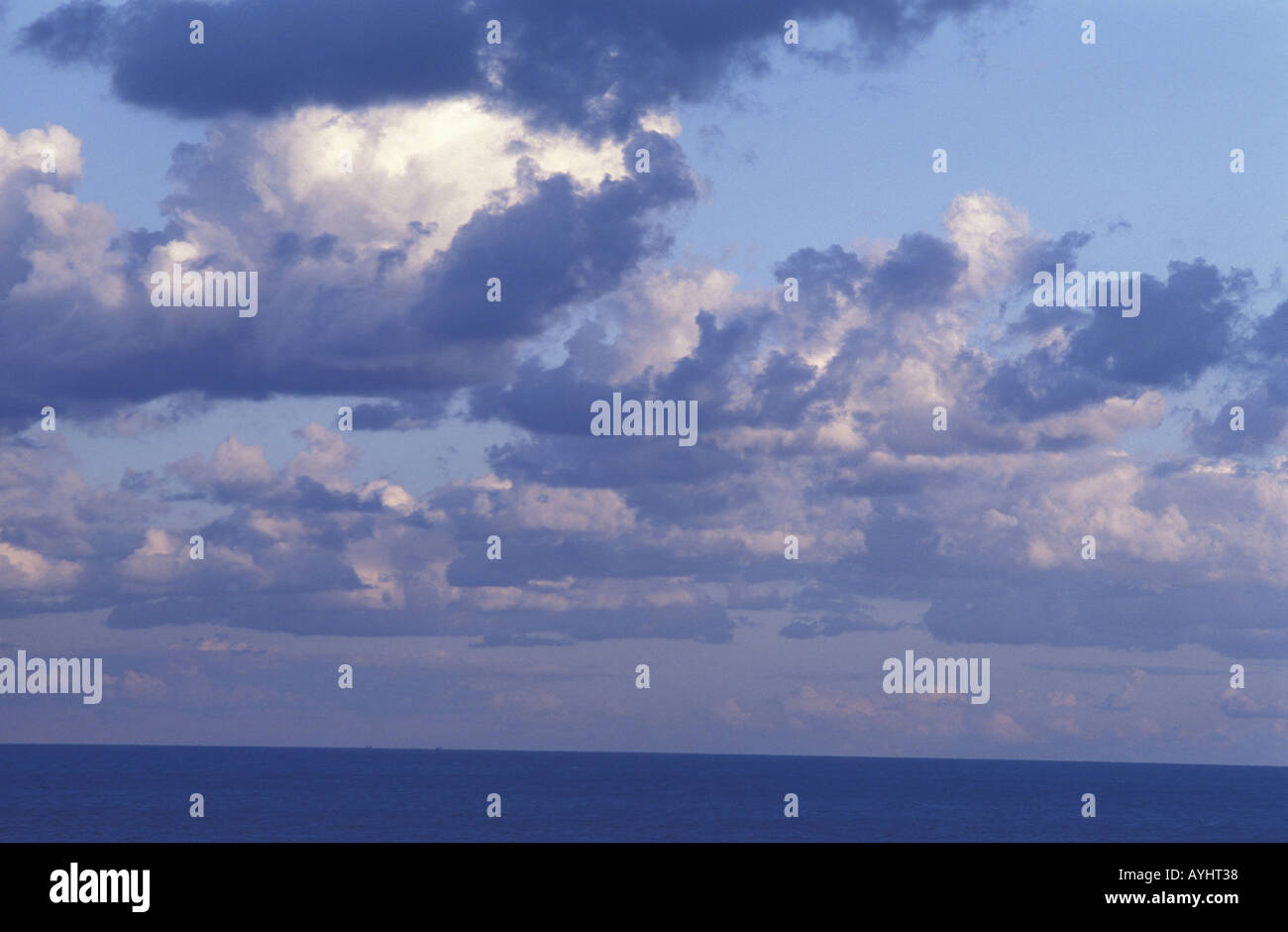 Wolken ueber dem bei Mittelmeer Gargano Italien Foto de stock