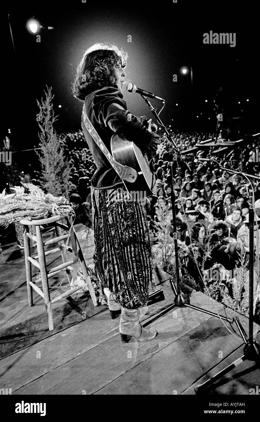 Joan Baez da un concierto gratuito al aire libre en San Francisco en la víspera de la Navidad de 1978 Foto de stock