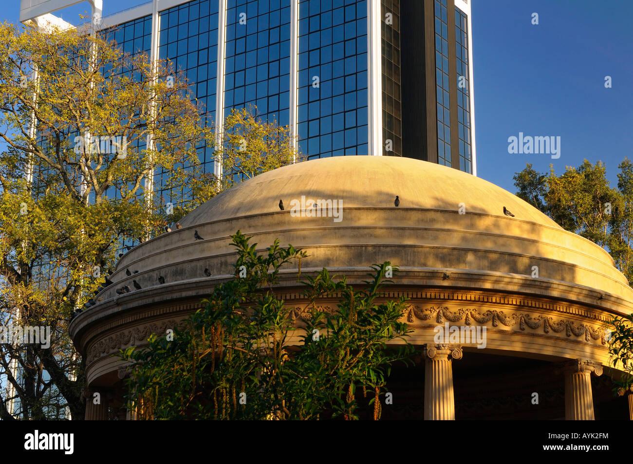Luz del atardecer en el Templo de la Musica con la moderna torre de oficinas San José Costa Rica Imagen De Stock