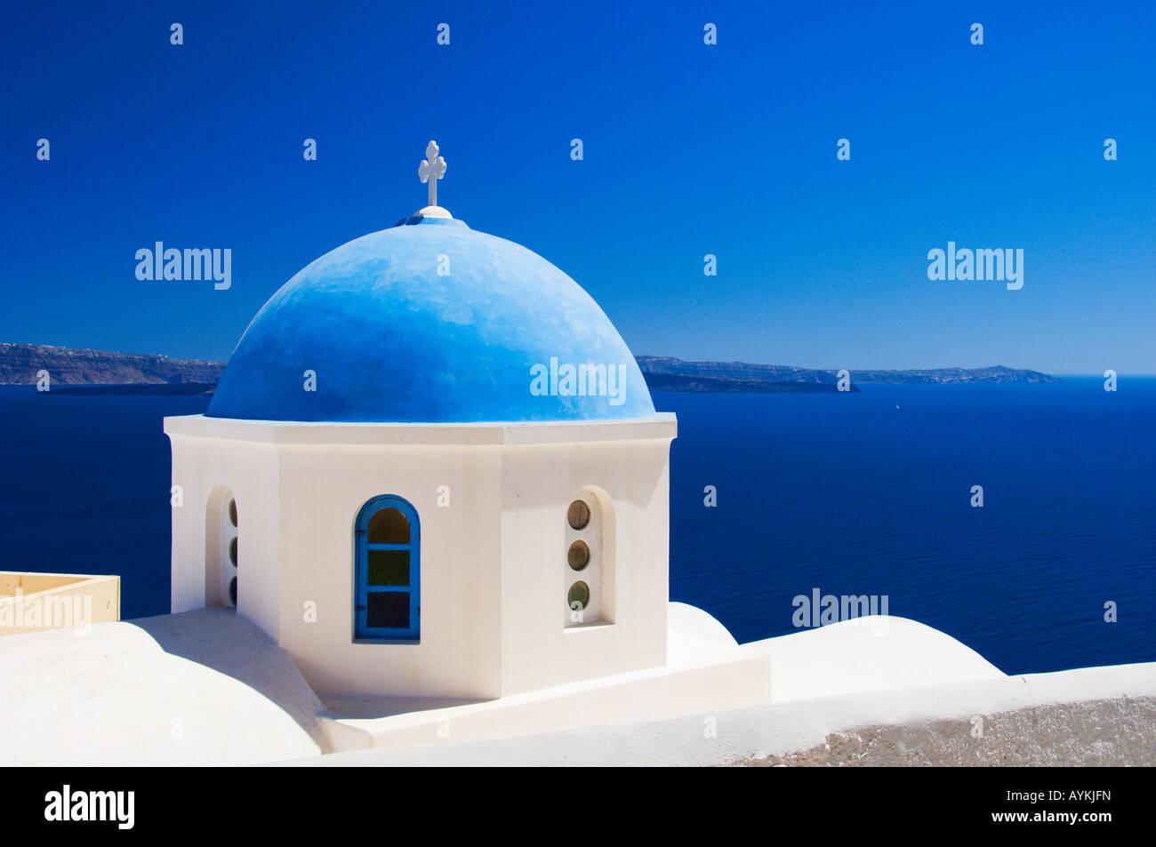 Iglesias con cúpula azul típica en la caldera pendientes de Oia, en la isla griega de Santorini, Grecia Imagen De Stock