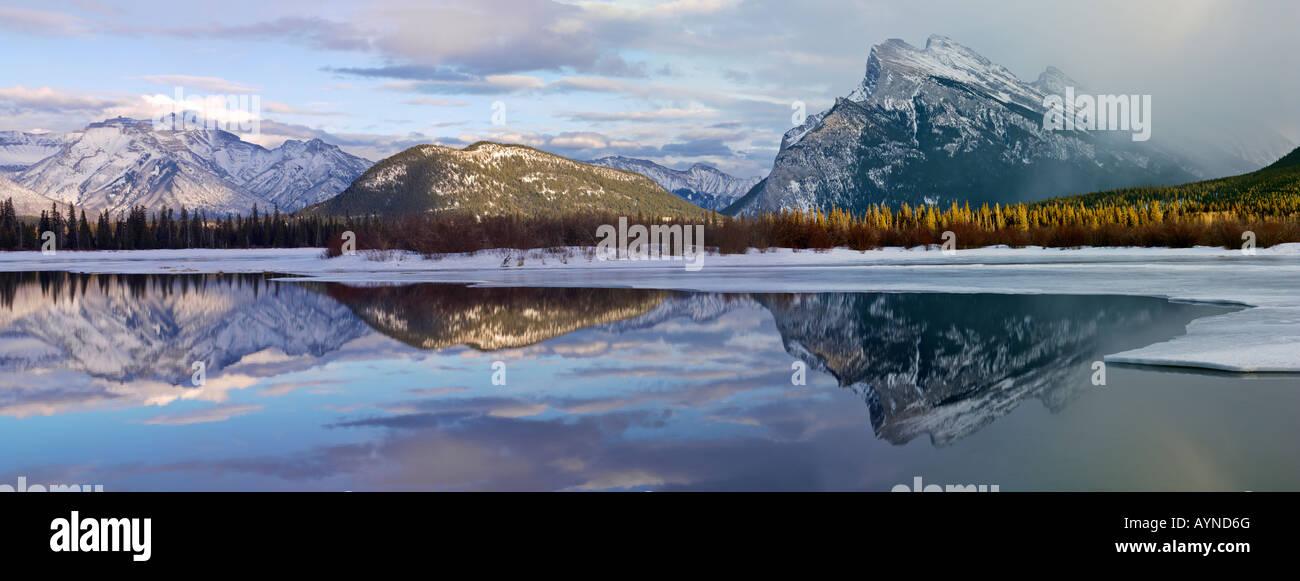 Banff, Alberta, Canadá El Parque Nacional Banff, bermellón lagos en invierno con Fairholme Cordillera y Monte Rundle Foto de stock