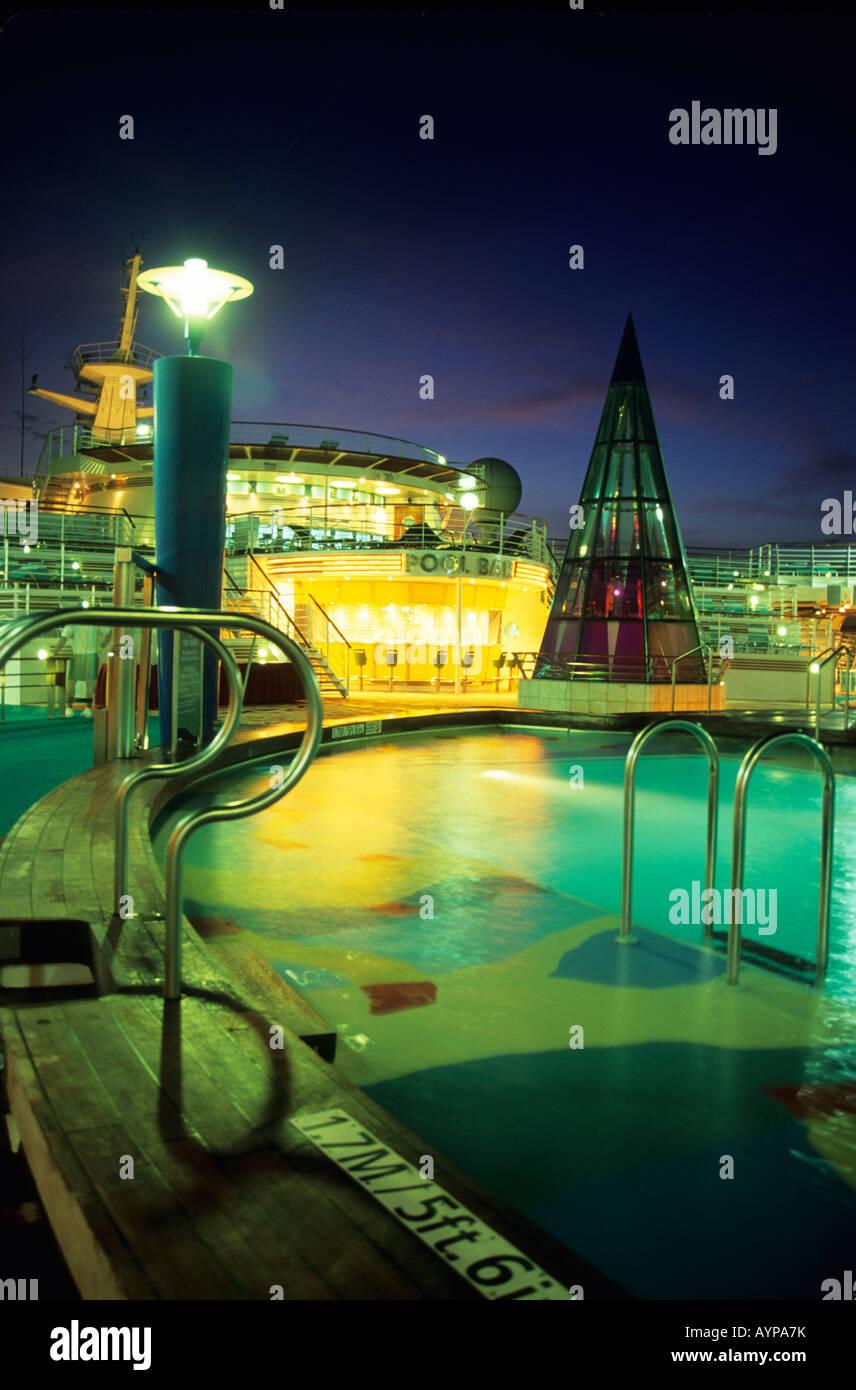 Un atardecer foto del bar de la piscina y la piscina a bordo del barco de ce82dc32e706