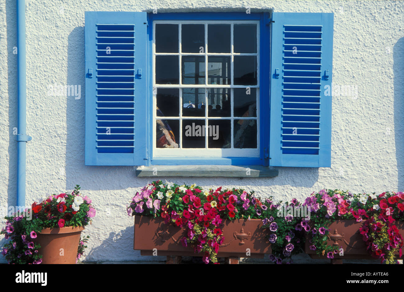 Casa Blanca Con Paredes Pintadas De Azul Y Persianas De Ventana De - Paredes-pintadas-de-azul