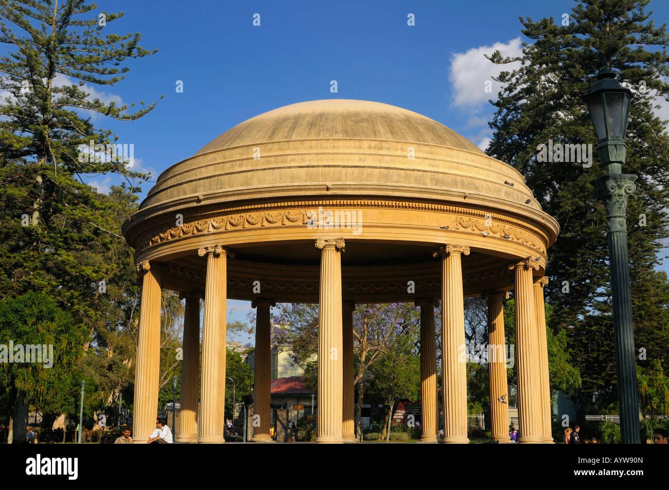 Por la mañana los viajeros en el Templo de la Musica en el Parque Morazán San José Costa Rica Imagen De Stock