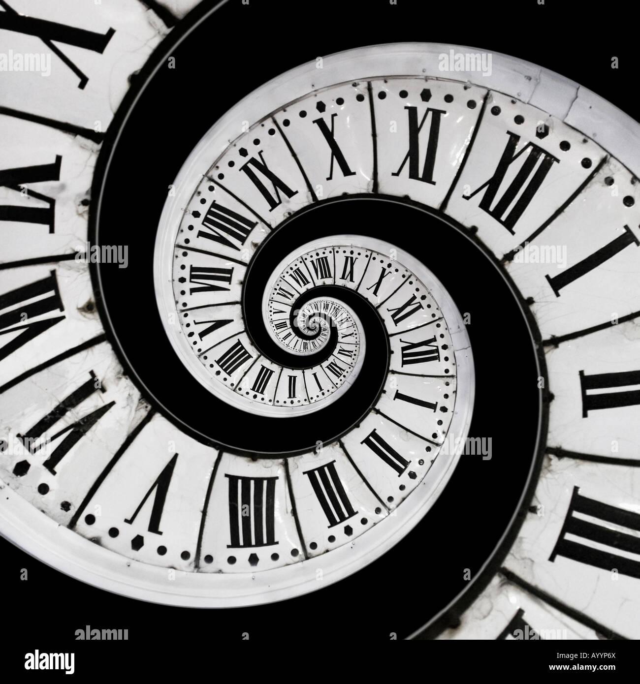 Colocación en el centro de un viejo reloj de una pequeña copia de la misma cara del reloj. Mise en abîme d'un cadran d'horloge. Foto de stock