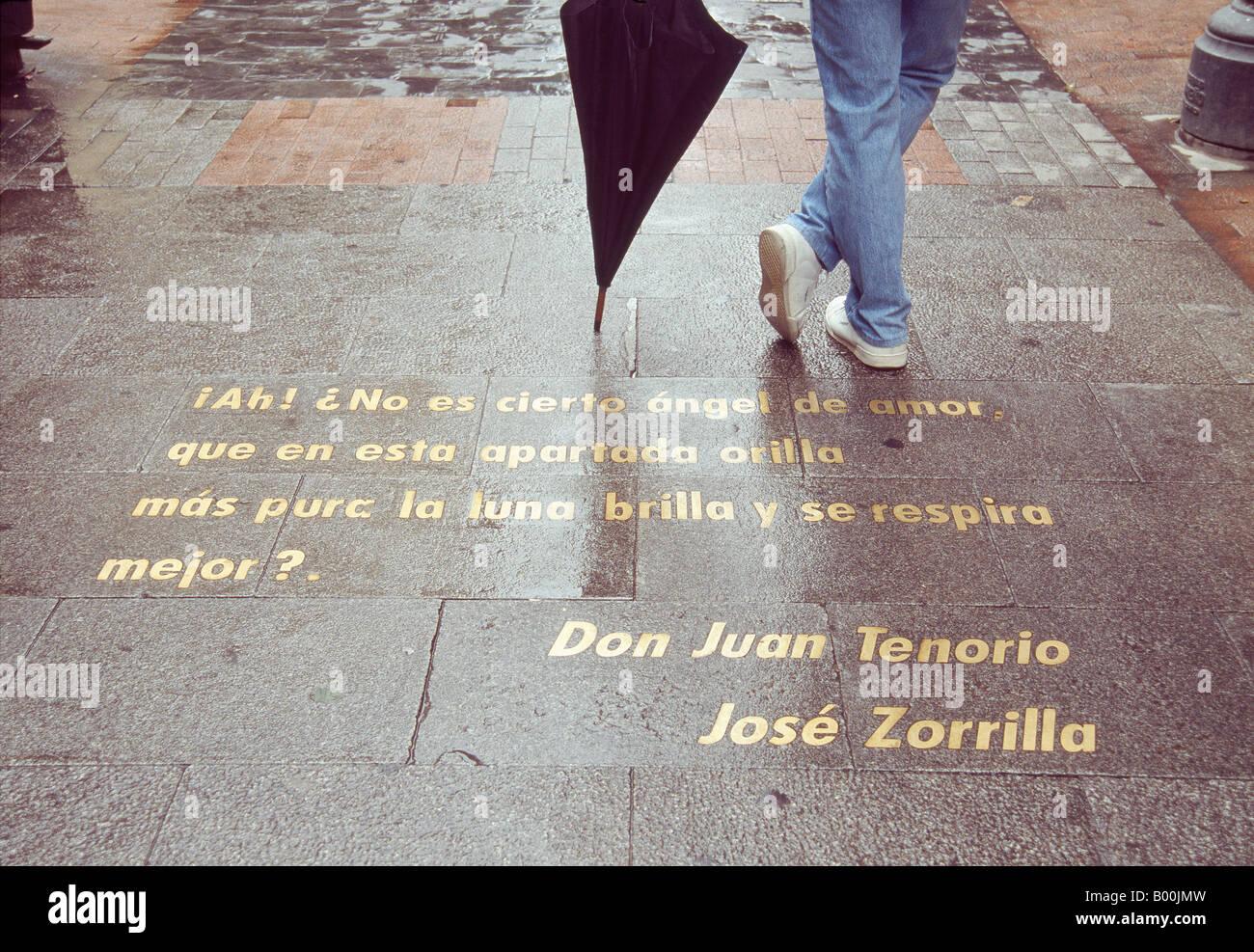 Detalle de la calle Huertas. Paso de Don Juan Tenorio escrito sobre el pavimento. Barrio de las letras. Madrid. Imagen De Stock