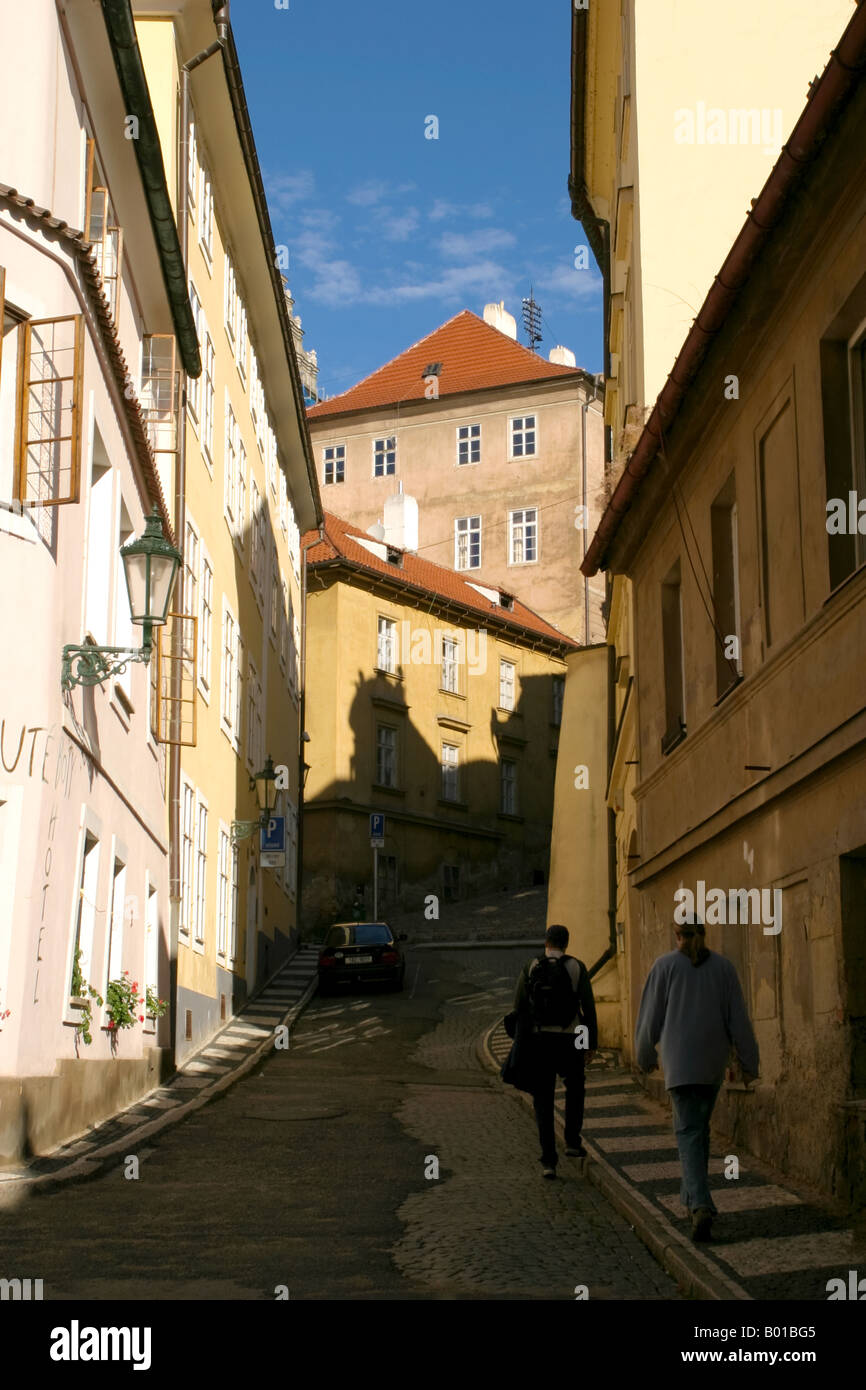 Dos hombres caminando sobre una trama de camino hacia Prazsky Hrad ...
