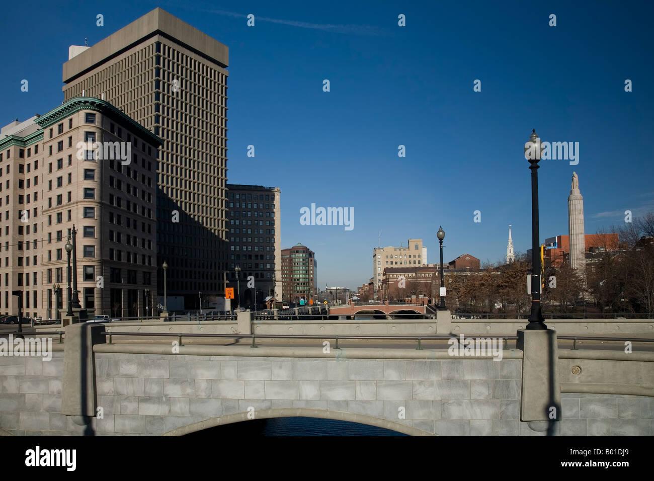 Foto de Providence City Scene con 2 puentes y un nítido cielo azul. Foto de stock