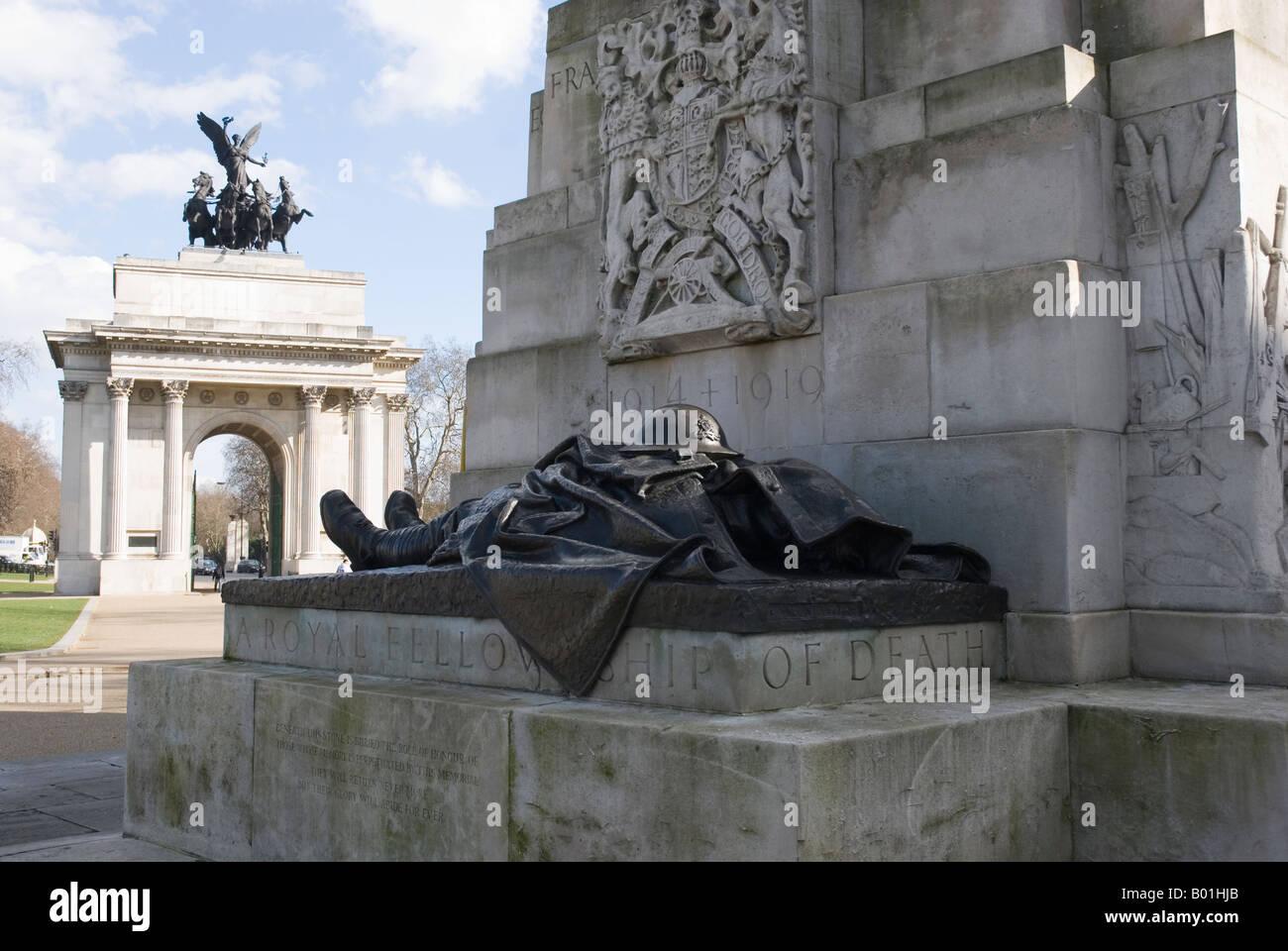 Real Hermandad de la Muerte, parte de la Artillería Real Memorial, con el Wellington Arch en el fondo. Imagen De Stock