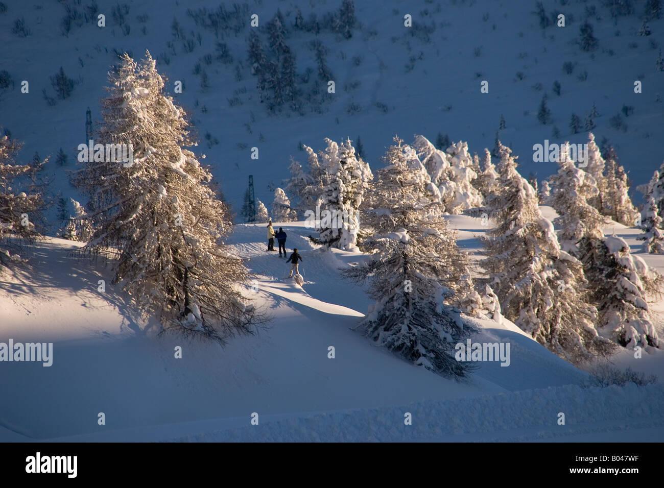Los esquiadores haciendo su manera a través del país Foto de stock