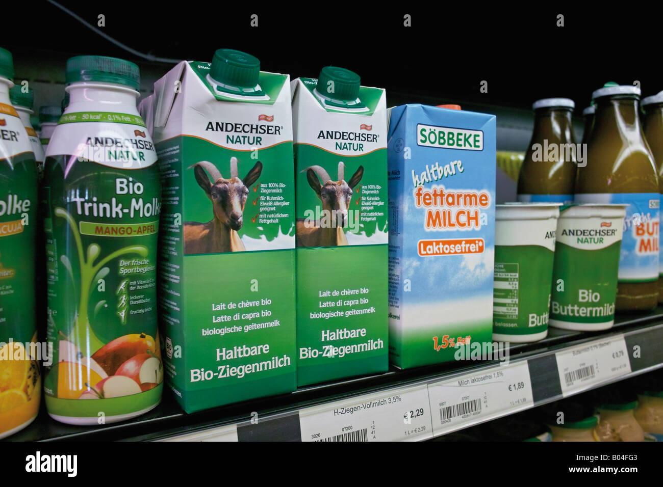 Surtido de productos lácteos en la tienda de alimentos ecológicos alemán  Imagen De Stock d74a59c09a31