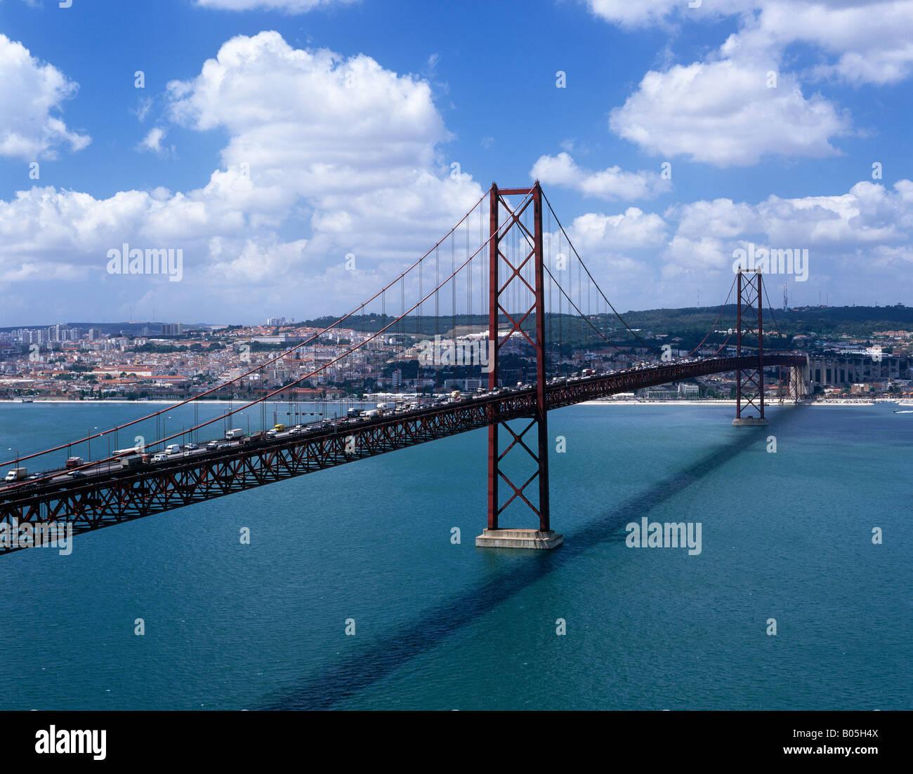 Ponte el 25 de abril, sobre el río Tegus, Lisboa, Portugal Foto de stock